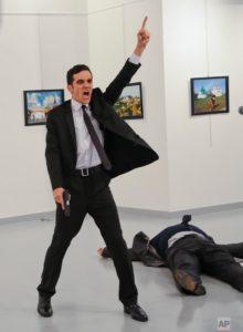 """""""Мы умираем в Алеппо, а вы умрете тут"""" - отважный полицейский застрелил российского посла в Турции"""
