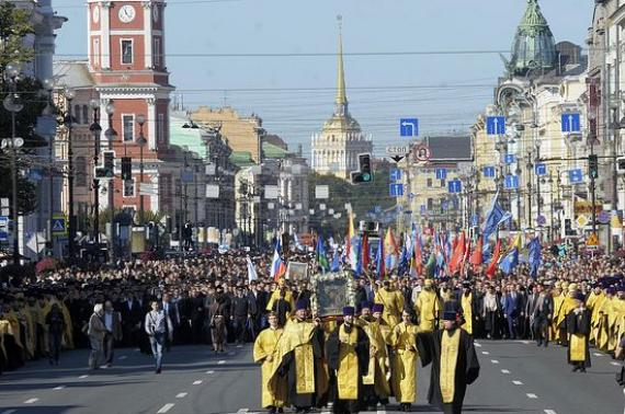 Жители Петербурга устроили крестный ход против тараканов
