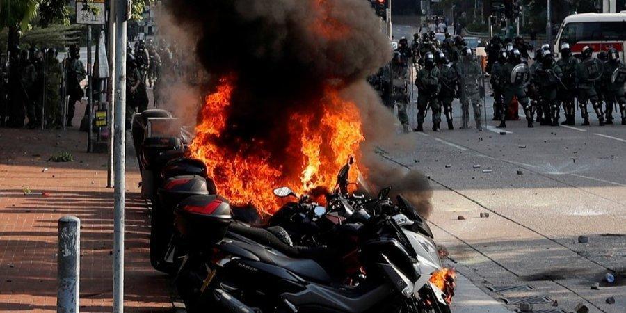 Свободу не спинити! Студенти Гонконгу перейняли методи Майдану в боротьбі з поліцією (відео)